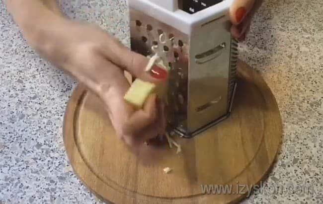На крупной или средней терке натираем твердый сыр.