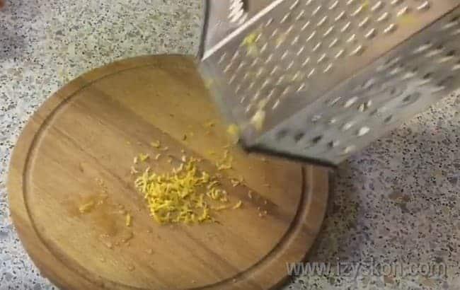 Натираем мелко цедру лимона.