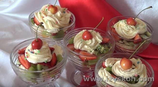 Теперь вы знаете, как сделать фруктовый салат и подать его красиво.