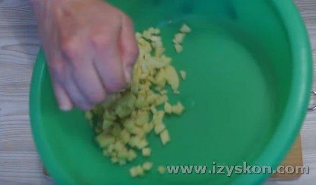 Нарезанные яблоки сбрызгиваем лимонным соком.