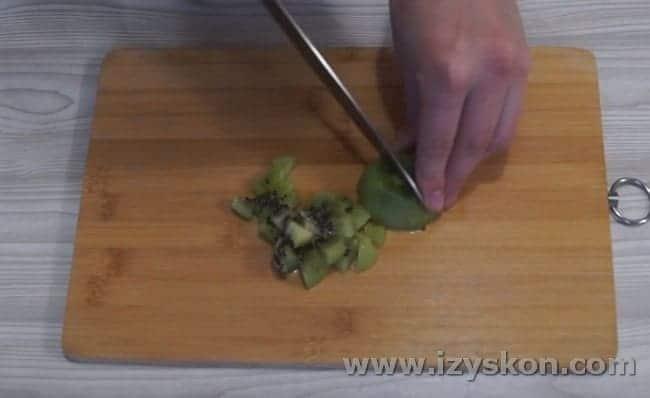 такими же кусочками нарезаем киви.