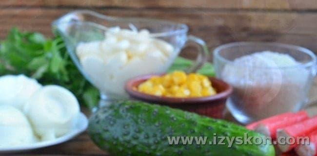 Вот все ингредиенты, которые нужны для салата с крабовыми палочками и кукурузой по классическому рецепту.