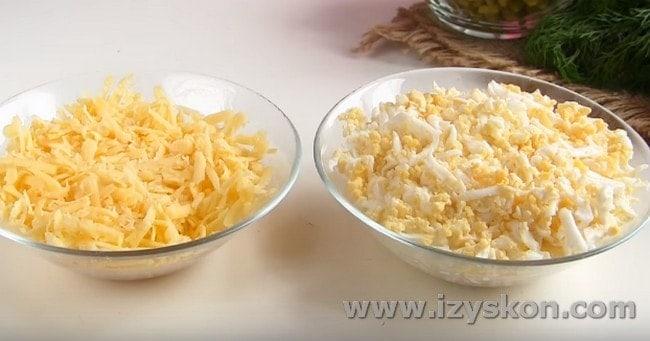 Для салата натираем на терке твердый сыр и отварные яйца.