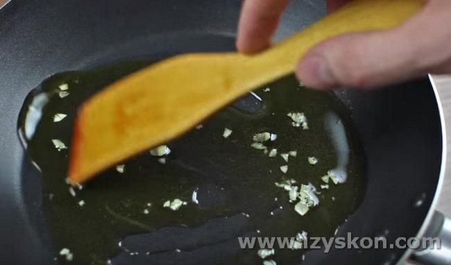 Обжариваем на сковороде измельченный чеснок.