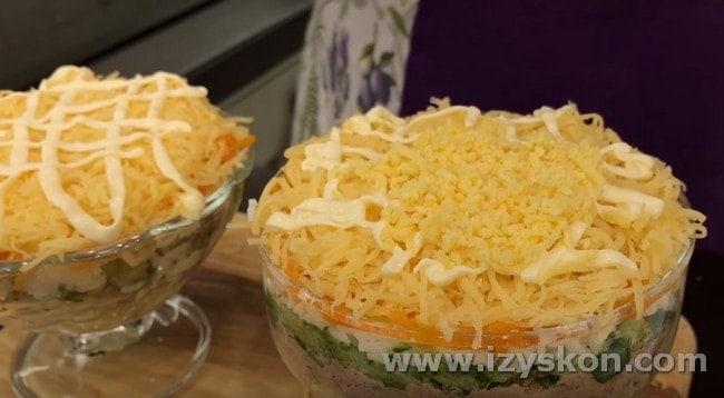 Украшаем салатик желтком.