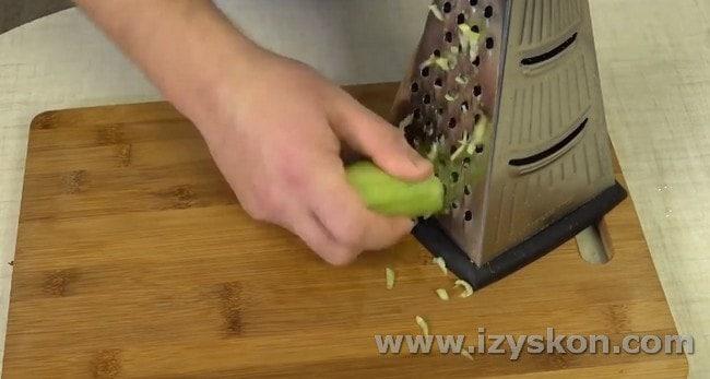 Этот салат с креветками и авокадо будет готовить с огурцом.