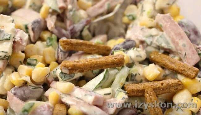 Вот такой простой рецепт салата с фасолью консервированной и сухариками.