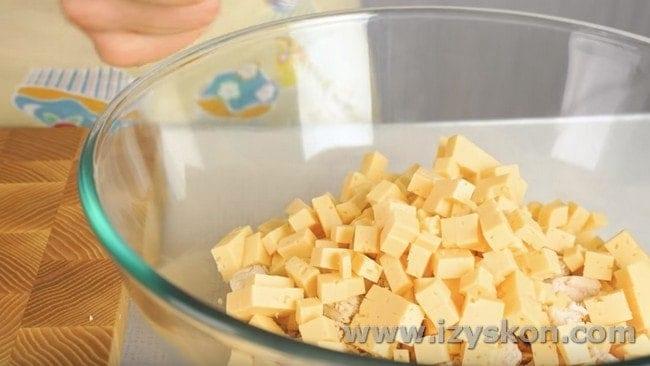 Добавляем сыр к куриному филе.