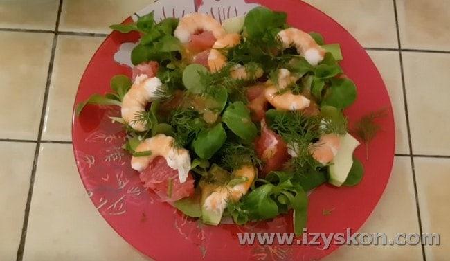 Салат с креветками, авокадо и грейпфрутом наверняка приятно удивит ваших гостей.