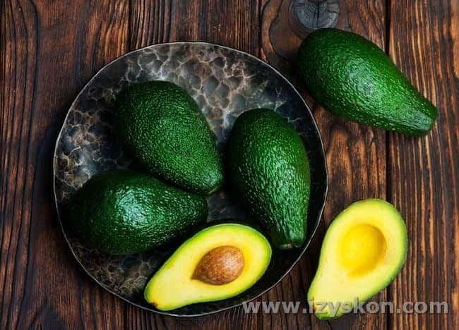 Чтобы приготовить вкусный салат с авокадо и креветками, важно выбрать действительно спелый и удачный авокадо.