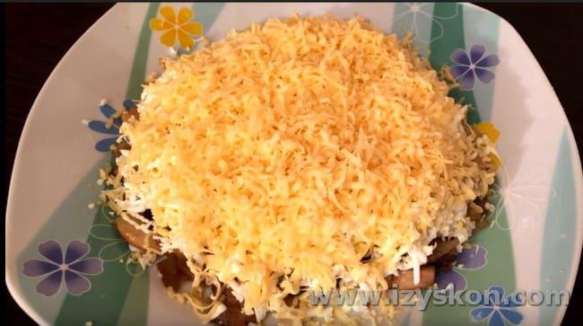 Опробуйте такой чудный рецепт салата с жареными грибами.