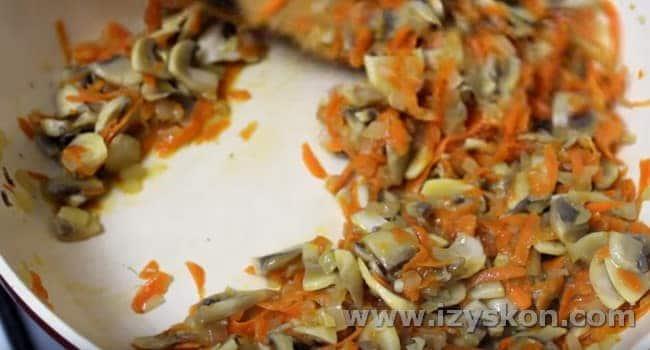 Добавляем к овощам грибы и жарим все вместе до испарения жидкости.