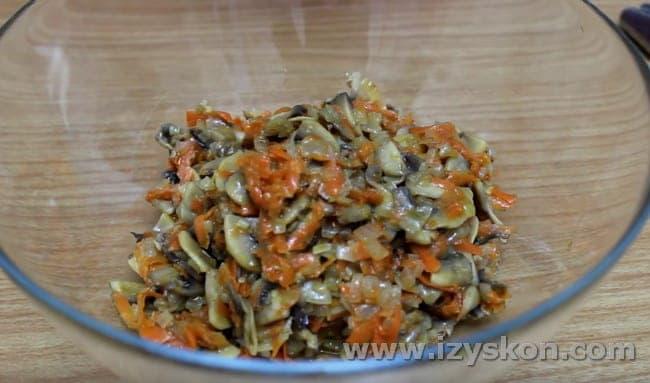 выкладываем в салатник остывшие грибы с овощами.