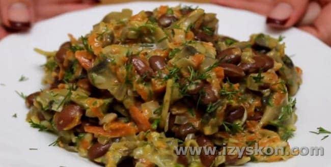 Салат с фасолью и жареными грибами заправляем майонезом.