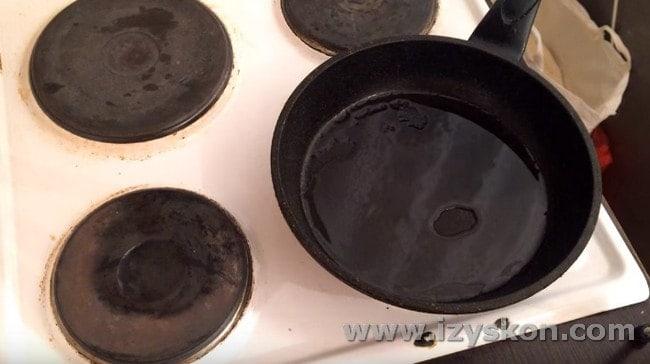 Ставим разогреваться сковороду с растительным маслом.