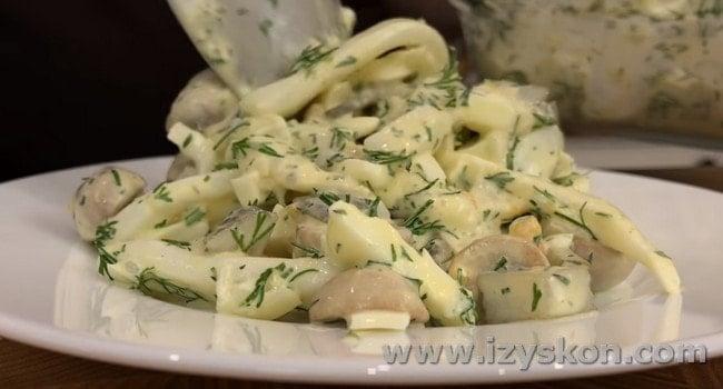 Вот такой вкусный салат с кальмарами и грибами можно сделать очень быстро.
