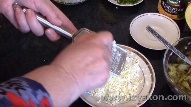 На мелкой терке натираем вареные яйца.
