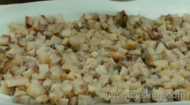 Слои селедки под шубой по классическому рецепту начинаем именно с рыбы.