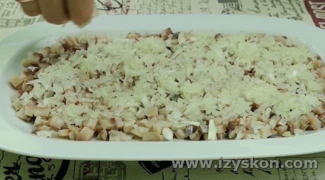 Поверх рыбы выкладываем лук.