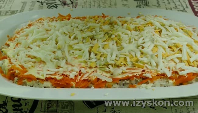 Далее натираем на терке на морковку вареные вкрутую яйца.