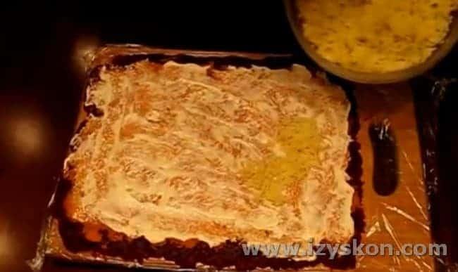 Смазываем морковь майонезом и выкладываем картофель.