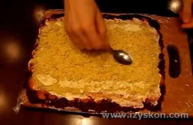 На смазанный майонезом картофель выкладываем слой натертых на терке яиц.