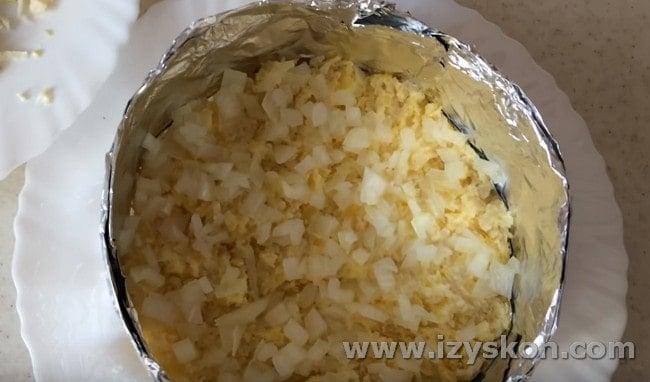 Выкладываем лук поверх картошки.
