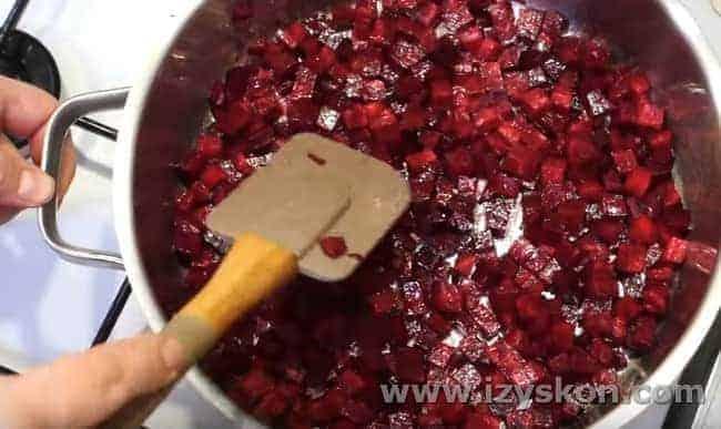 Закладываем измельченную свеклу на сковороду с растительным маслом.