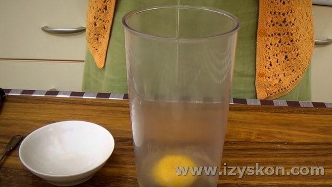 Для приготовления домашнего майонеза понадобится яйцо.