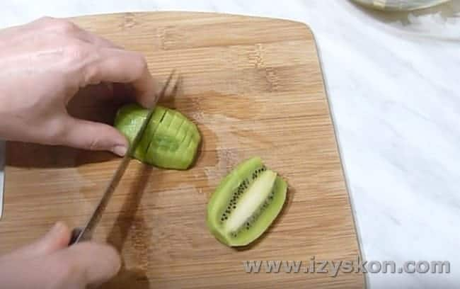 Ломтиками режем киви.