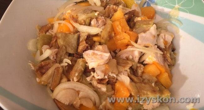 наш салат с вареной куриной грудкой готов.