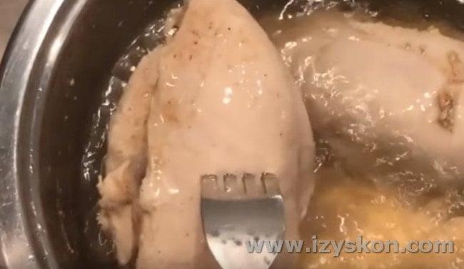 Для начала нужно отварить куриное филе.