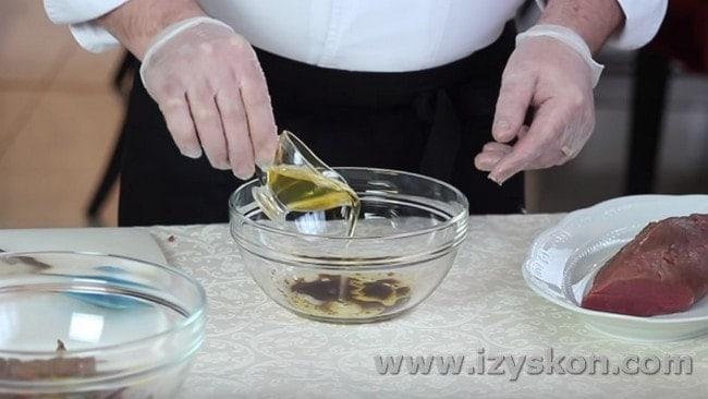 Добавляем также жидкий мед.