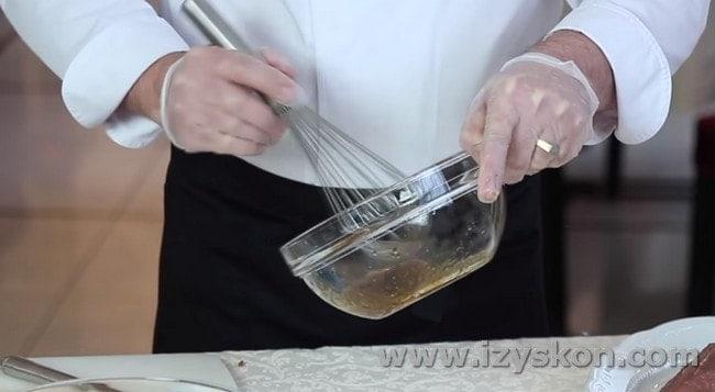 Венчиком перемешиваем соус.