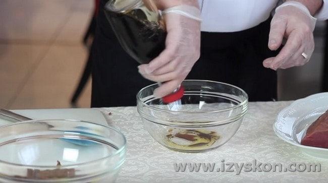 К оливковому маслу добавляем соевый соус.