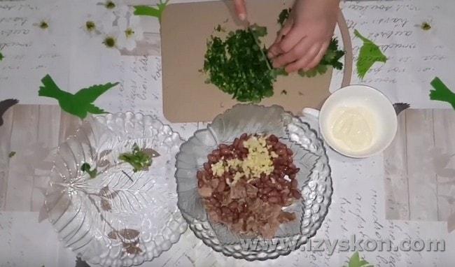 Измельчаем кинзу и тоже добавляем в блюдо.