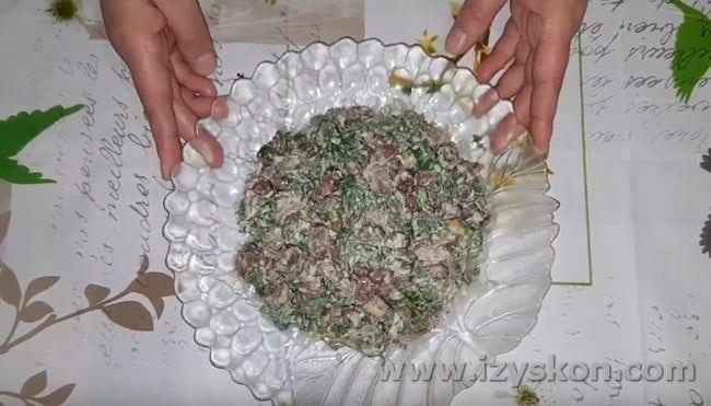 Заправляем салат с говядиной и фасолью майонезом и перемешиваем.