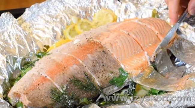 Аккуратно отделяем кожу от готовой рыбы.