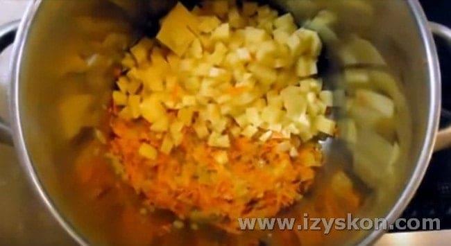 Добавляем картошку в кастрюлю.