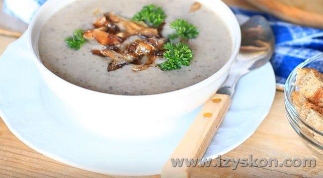Подавать суп-пюре из лесных грибов можно с зажаркой из грибов с луком, а также с гренками.