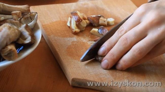 часть грибов режем мелко.