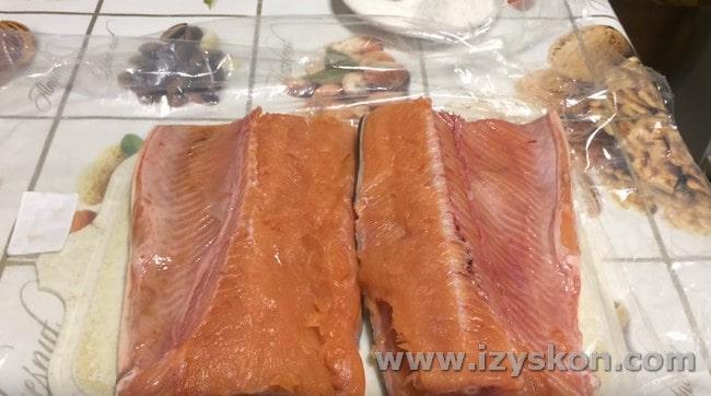 Рыбину разрезаем вдоль хребта пополам.