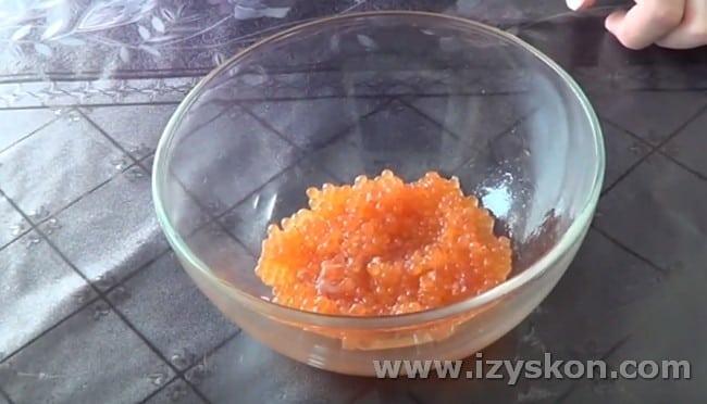 Теперь вы знаете, как правильно самой засолить красную икру.