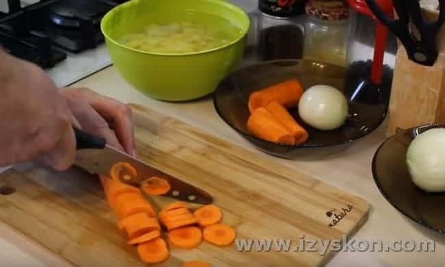 Вторую морковку режем колечками.