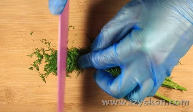 Для приготовления соуса измельчаем зелень.
