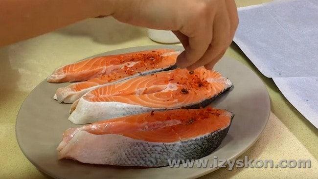 По нашему рецепту с фото вы сможете приготовить вкуснейшего лосося в духовке.