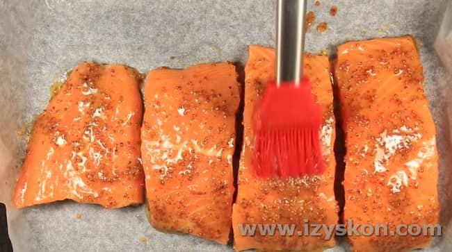 Смазываем куски лосося смесью горчицы и меда.