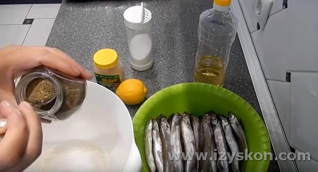 Чтобы получить мойву в духовке с корочкой, понадобится смесь муки, соли и перца.