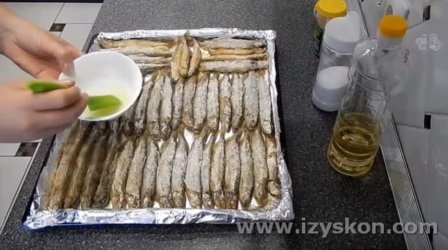 Мойва, запеченная в духовке, будет еще вкуснее, если смазать ее в процессе приготовления растительным маслом.