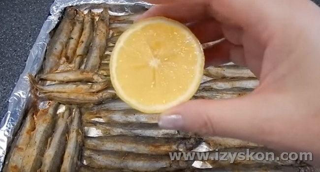 Готовую рыбку можно сбрызнуть соком лимона.